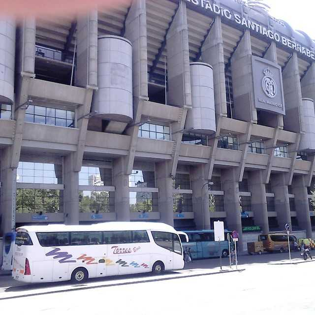 スペインマドリッドの50広場からバスを借りるのにどれくらいの費用がかかりますか
