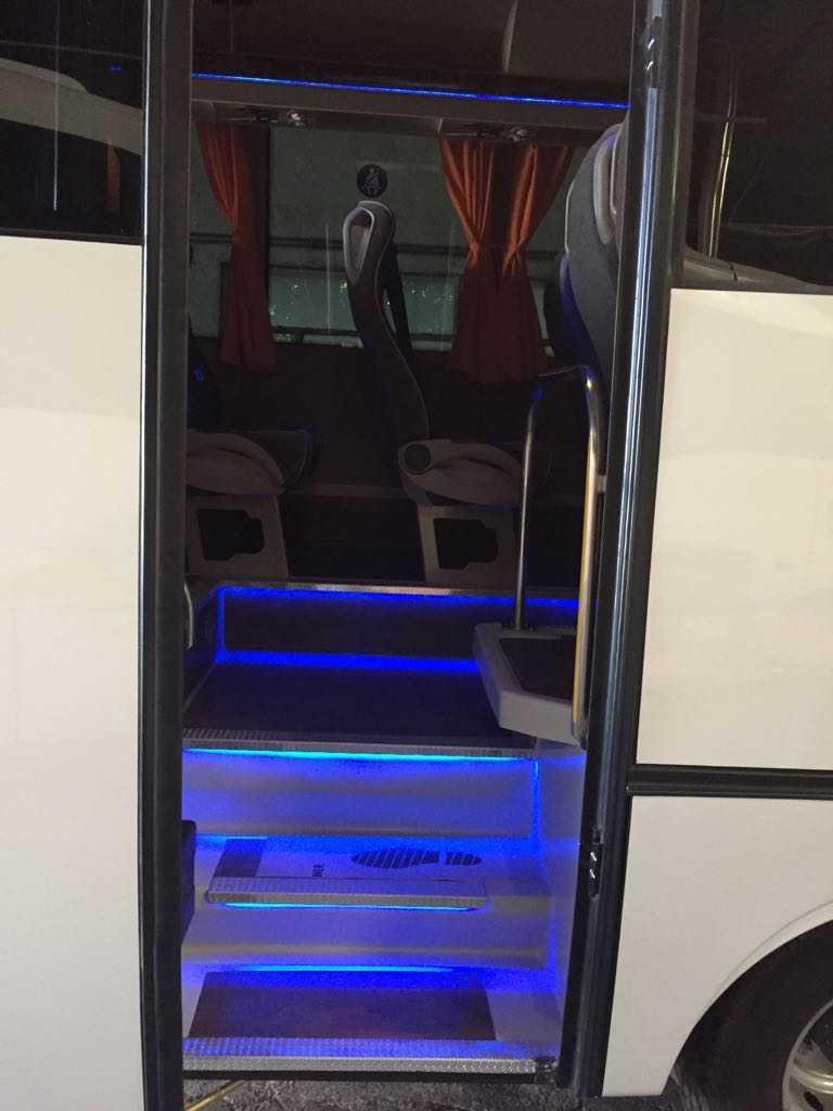minibus mercedes benz 30 duduk pintu depan pintu masuk